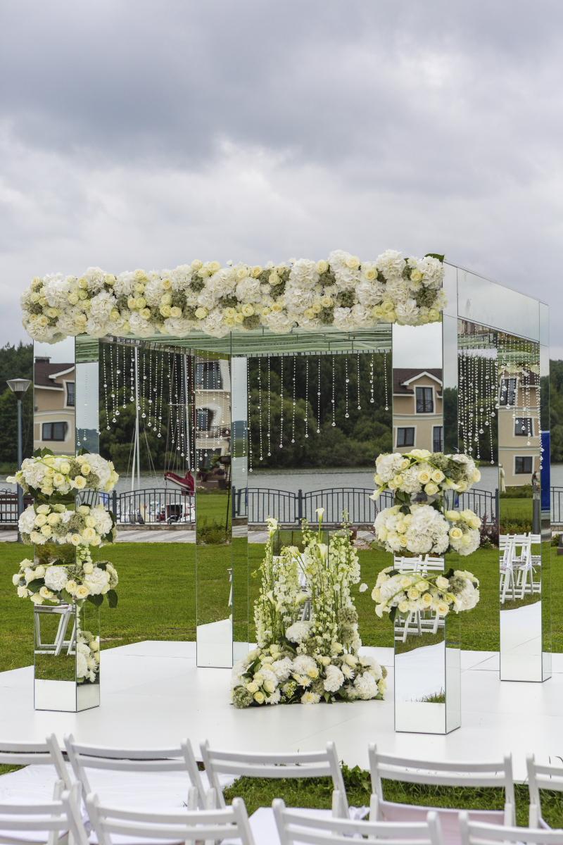 Зеркальный квадратный алтарь с прозрачной крышей и нитями кристаллов по периметру. Отдельные пазы на центральном фасаде  и колоннах. Цена с учетом нашего д/монтажа =80.000 руб