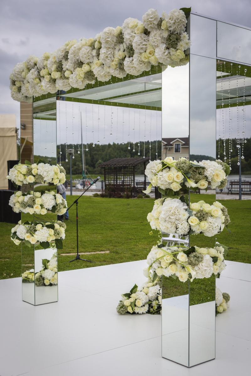 Зеркальный квадратный алтарь с прозрачной крышей и нитями кристаллов по периметру. Отдельные пазы на центральном фасаде  и колоннах. Цена с учетом нашего д/монтажа =140.000 руб