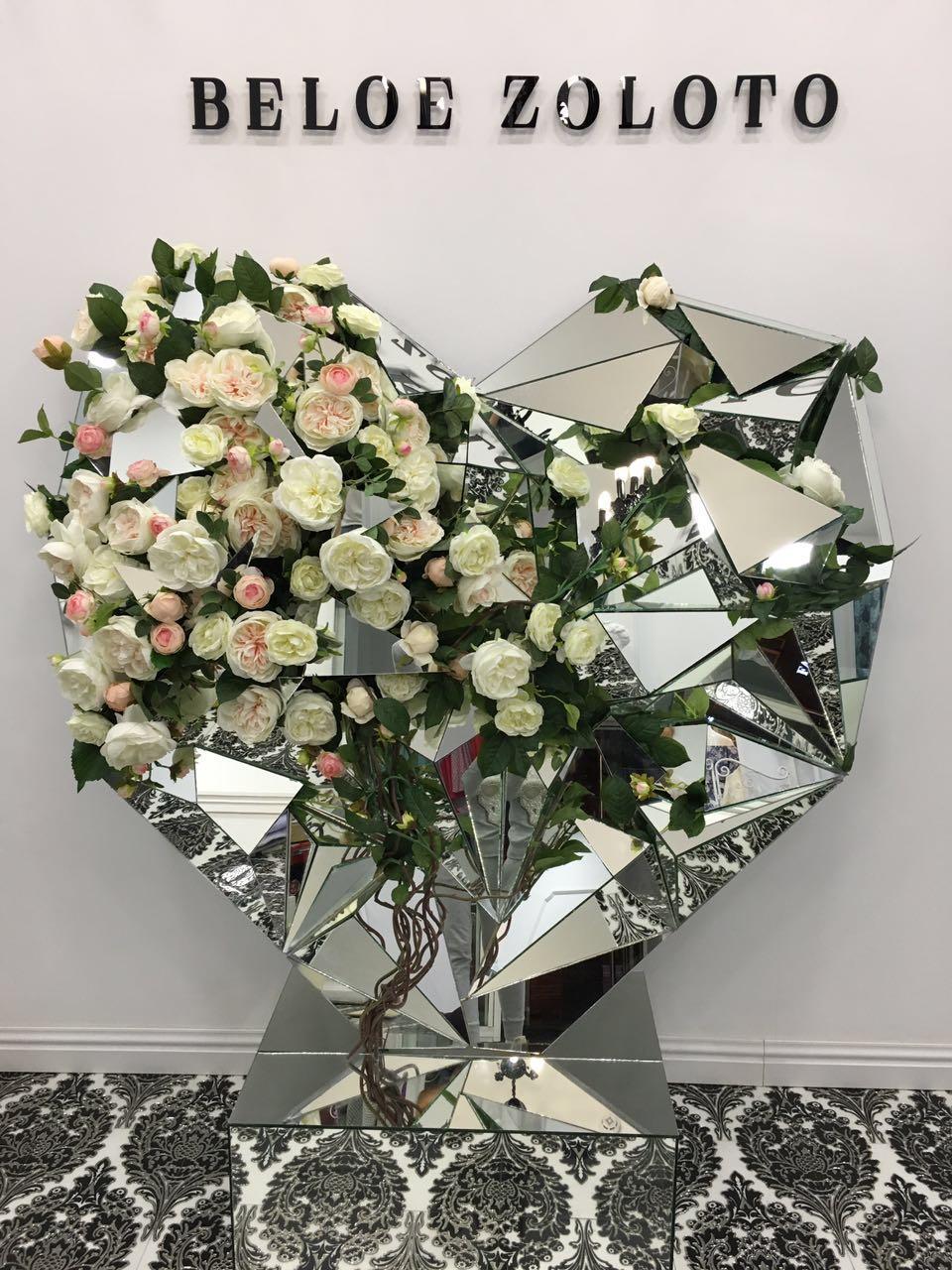 Роза пионовидная David Austin (белая и белая с розоватой сердцевиной) Цена =90 руб/шт  (наличие уточнять)