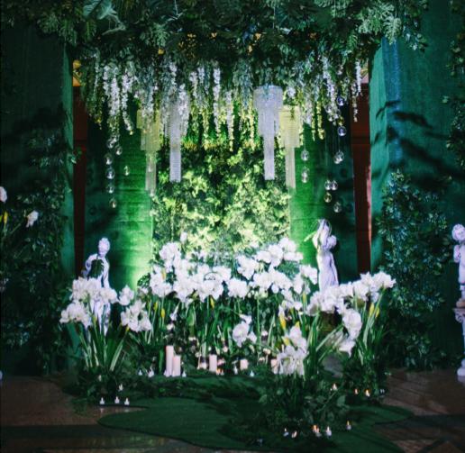 Конструкция в сборке из амариллисов, зелени для президиума с зеленой каплей зелени на земле и цветочными островками + свечи; L=1800 мм ; H= под президиум = 0,75-1,0 м. Цена =12.000 руб ;