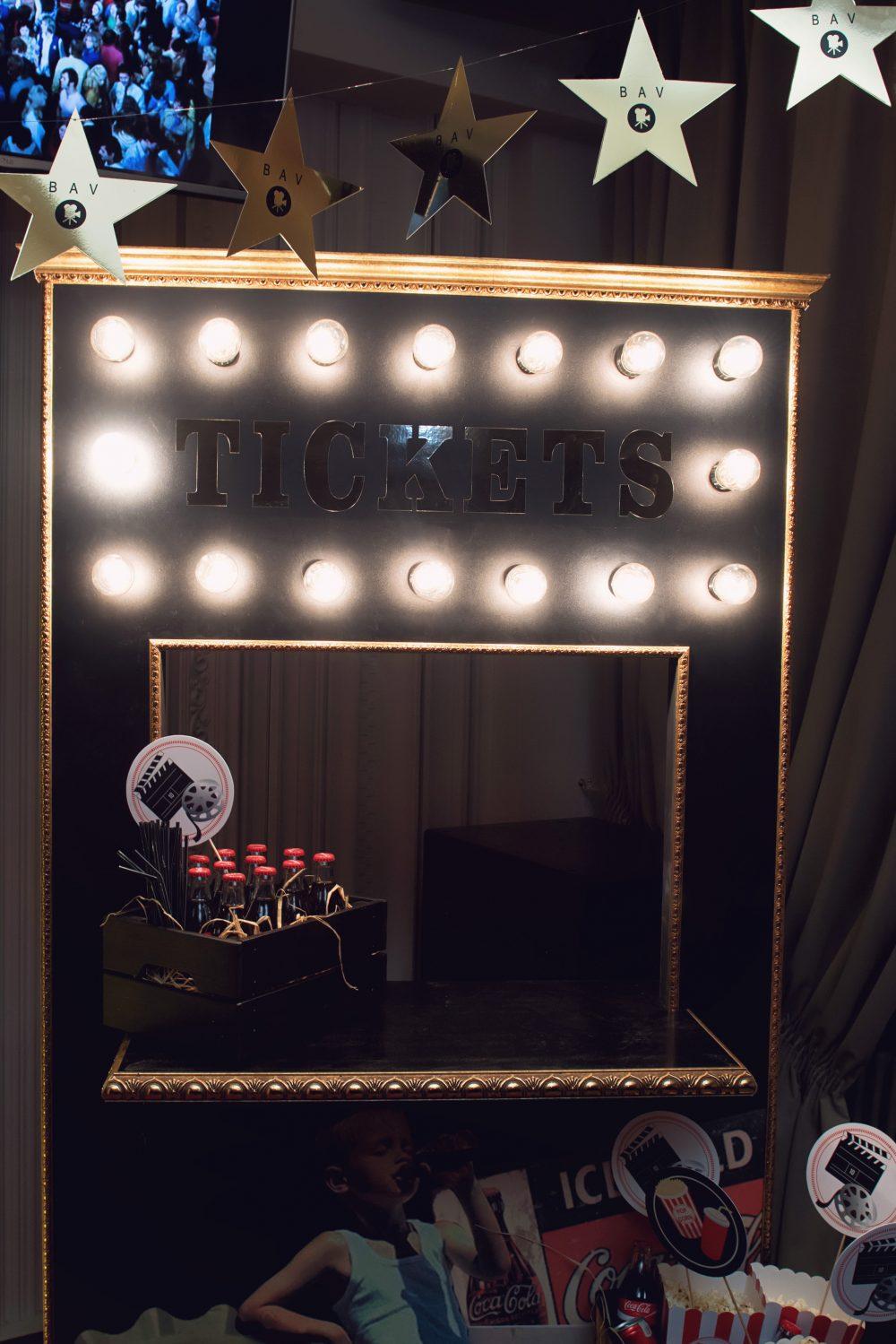 Кинобудка с ретро-лампочками (H=1,8 м, D=1 м). Цена= 5000 руб