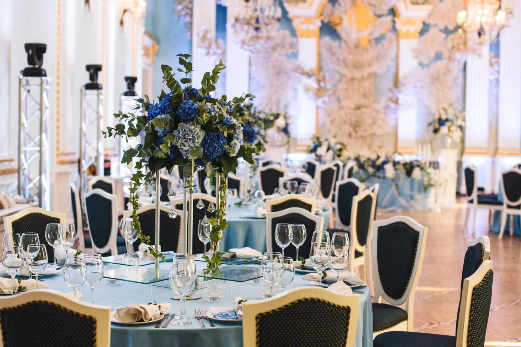 Флористические композиции на столах гостей