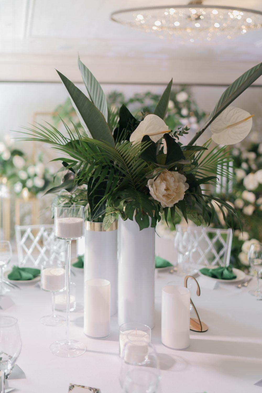 Стол молодых букеты на свадебный стол