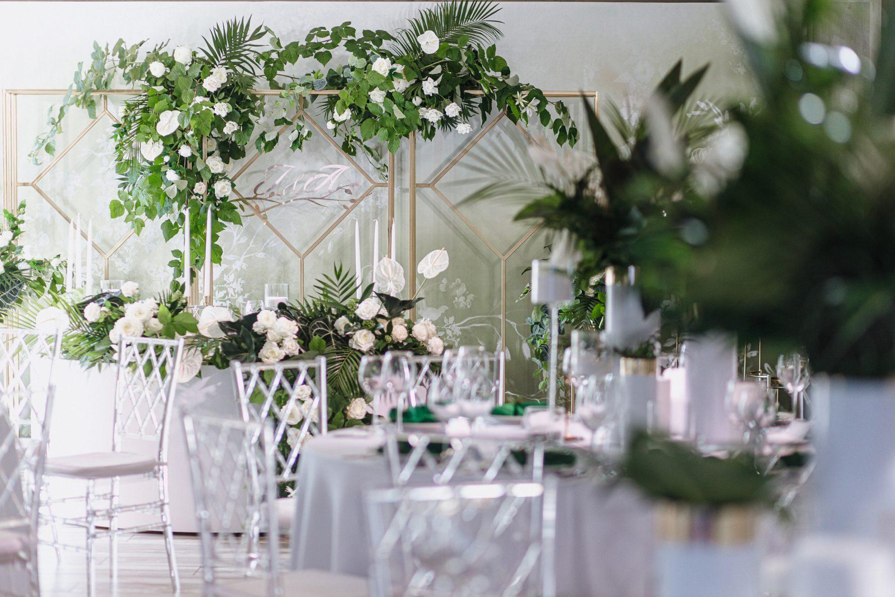 Красивые стулья на свадьбу алтарь